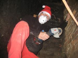 Se hva vi fant inne i pipa på Brekke i dag - en ekte nisse med vinkelsliper i gang med å rense pipeløpet før den store ankomsten!